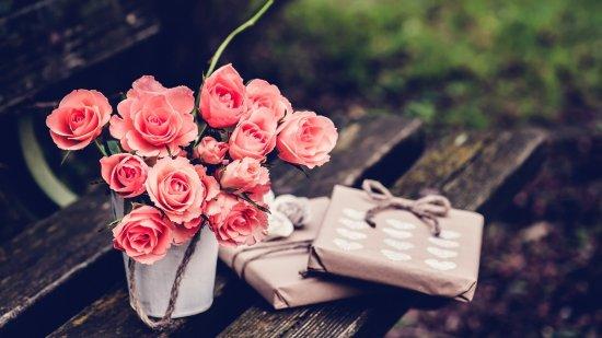Изображение - Маме поздравление с юбилеем 50 лет 1522236161_nature___flowers_a_bouquet_of_roses_in_a_vase_on_the_bench_097543_